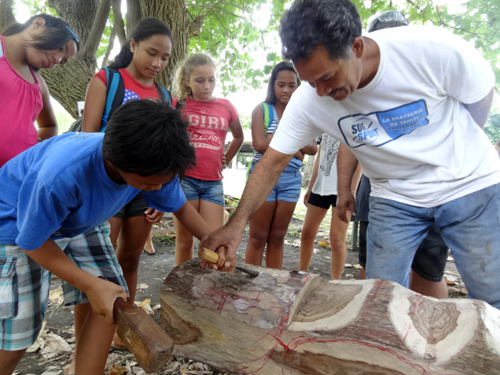 Lors de leur visite au musée en décembre, les élèves avaient pu tester les outils pour sculpter le bois, notamment aidés ici par Augustin Kahia.