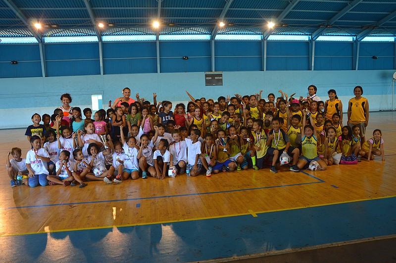 Les élèves de CE1 s'affrontent dans un tournoi inter-école à Poheroa