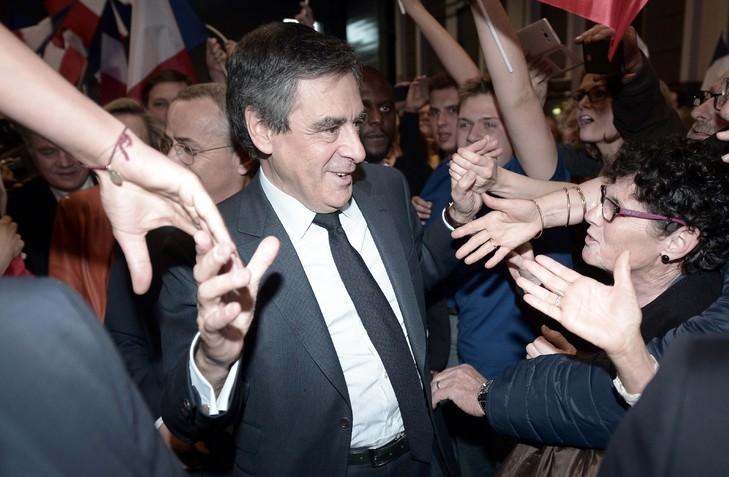François Fillon arrive à un meeting électoral à Biarritz le 24 mars 2017 / AFP
