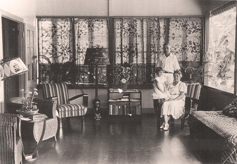 Normann hall et une partie de sa famille en 1932, dans le salon de sa maison d'Arue