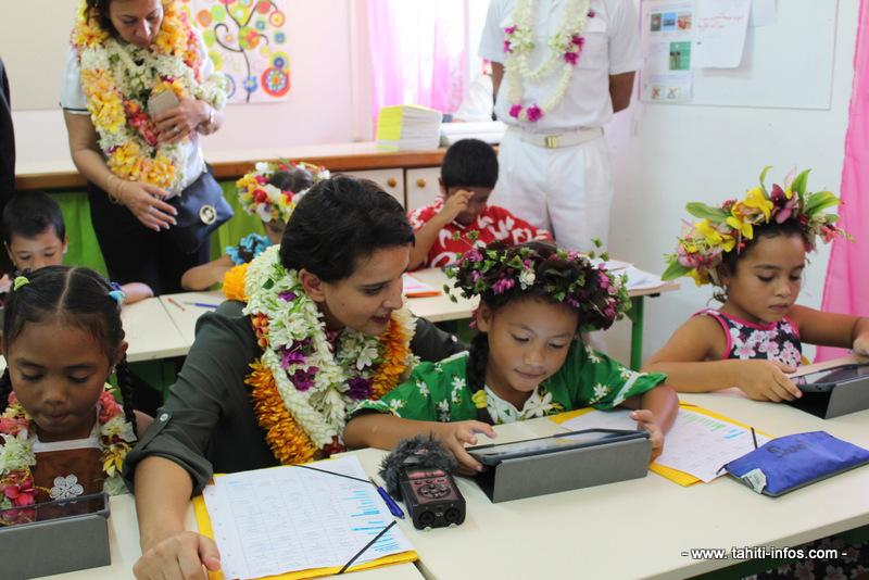 Najat Vallaud-Belkacem, ministre de l'Éducation était sur l'île de Huahine en 2016 pour visiter son école numérique