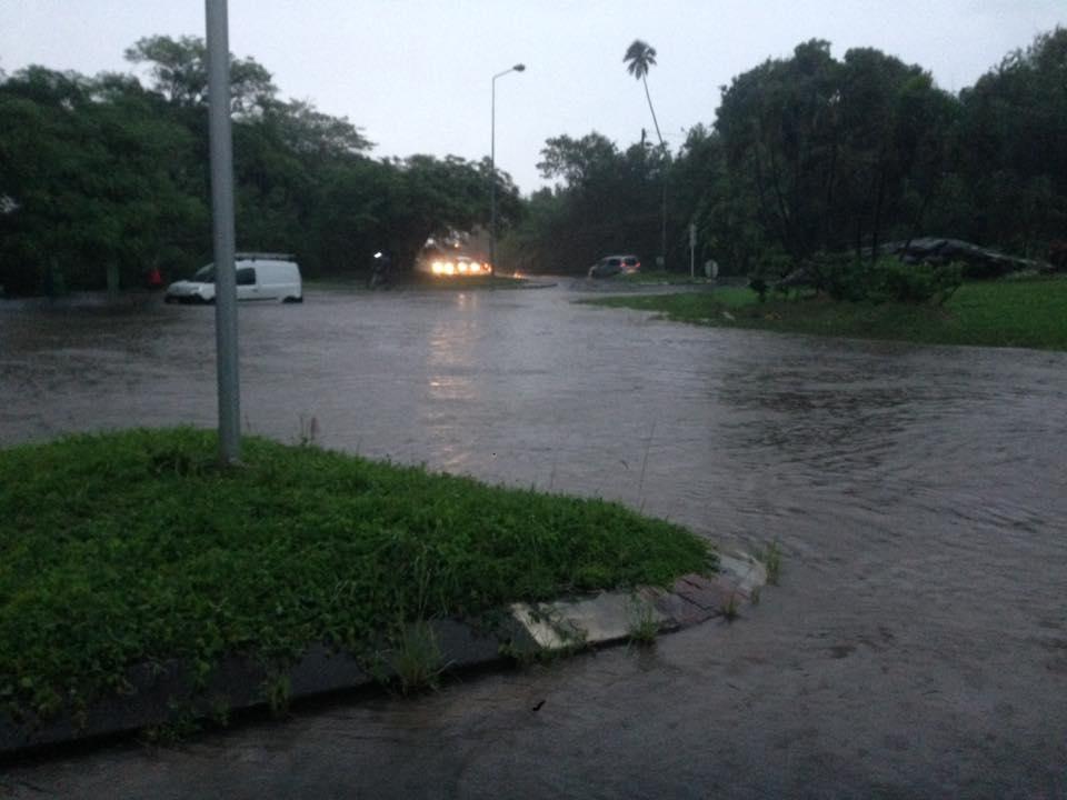 Le rond-point de l'université à Punaauia s'est retrouvé sous les eaux.
