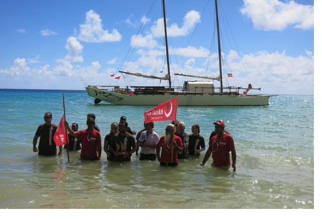 Lors de l'arrivée de la pirogue Faafaite à Tubuai aux Australes, comme le veut la tradition, les ihitai (marins) se jettent à l'eau pour se purifier du voyage (Crédit : Donatien Tanret)