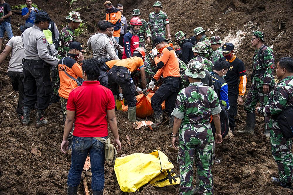 Un mort, 28 disparus dans un glissement de terrain en Indonésie