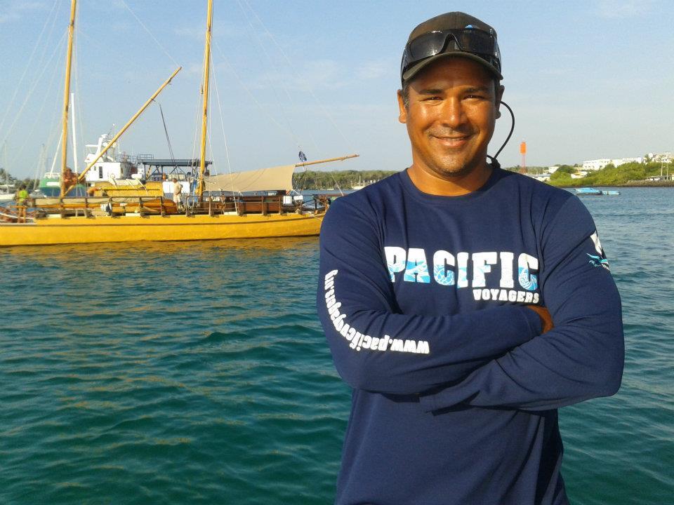 Johann Hironui Bouit est bien connu dans le milieu sportif et culturel. Il est notamment président de la fédération de football américain, membre fondateur de Faafaite, membre de Haururu… Il est aussi médecin, diplômé à Hawaii où il a étudié puis travaillé.