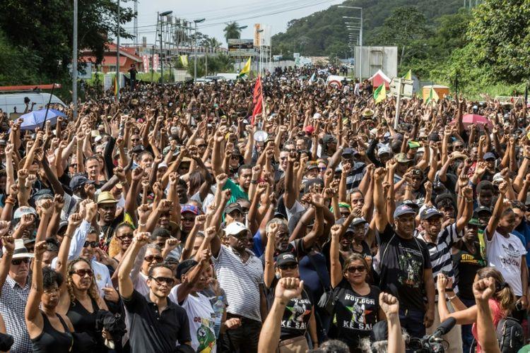 """Guyane: le collectif promet de """"durcir"""" le mouvement, la population partagée"""