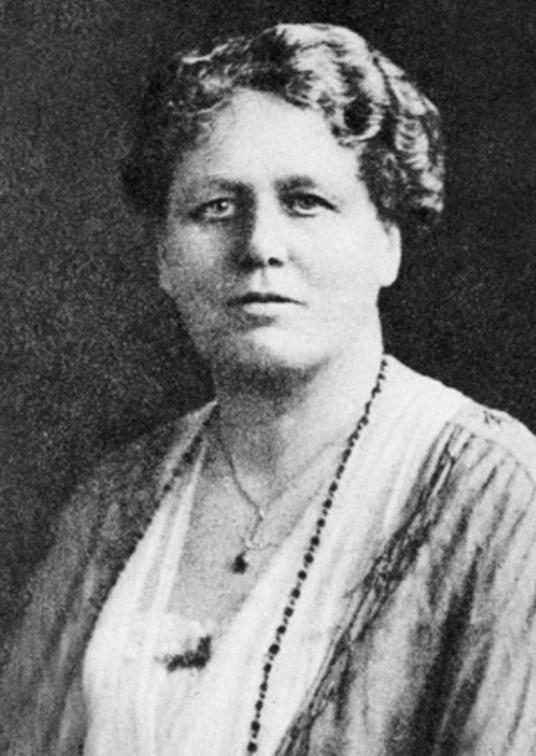 """Mrs Routledge, archéologue et ethnologue anglaise, arriva à l'île de Pâques avec son mari, à bord de leur voilier de 27m, le """"Mana"""", le 29 mars 1914. Elle en partit en août 1915, en direction de Pitcairn, puis San Francisco. En plein conflit, sa médiation auprès d'Angata fut vaine."""