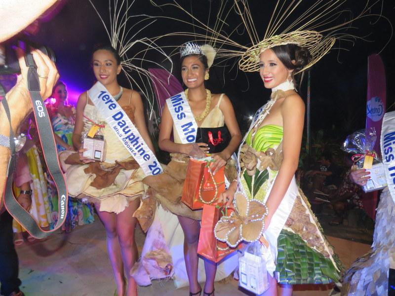 Hinatea Blais et ses deux dauphines, samedi au Tiki Village, à l'issue de la soirée d'élection de Miss Moorea 2017.
