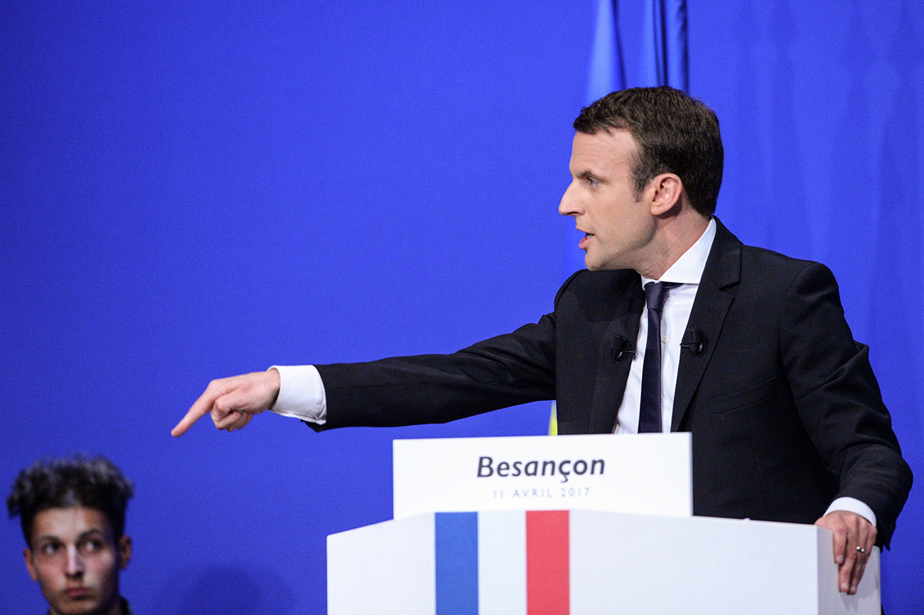 """Macron répond à la percée de Mélenchon en se posant en candidat de """"l'indignation"""" et du renouvellement"""
