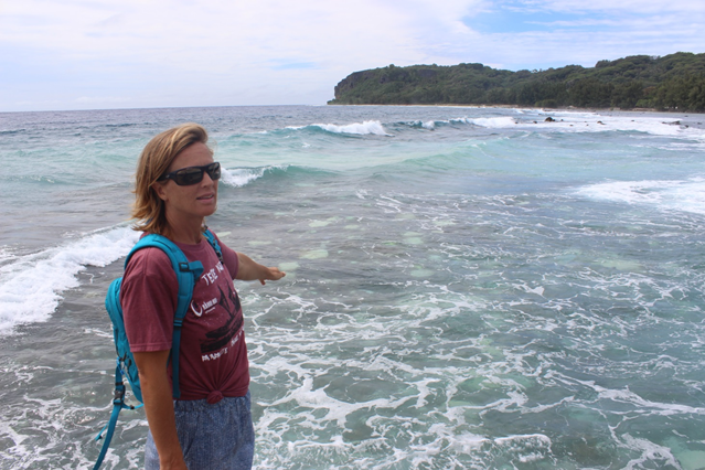 La biologiste Hannah Steewart indique des coraux blanchis à Moerai, Rurutu.