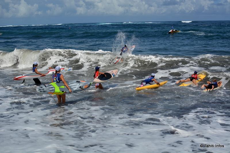 16-Les femmes affrontant la casse sur la plage de Taharu'u