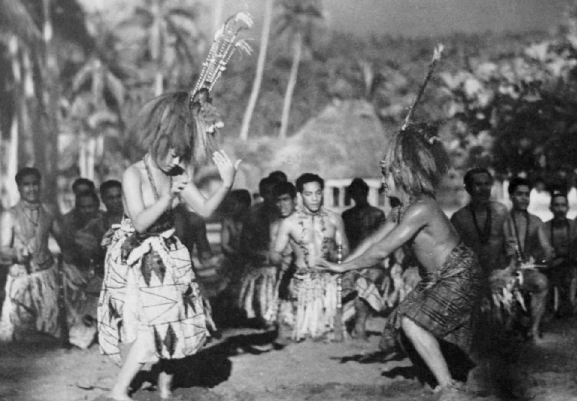 Dans ce docu-fiction, l'action se déroule précisément dans le village de Safune sur l'île de Savai'i, aux Samoa occidentales, et tous les personnages jouent leur propre rôle.