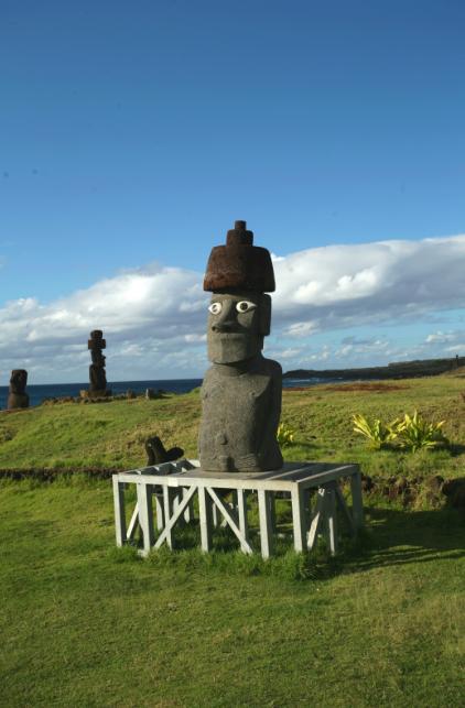 """En bord de mer, proche du site de Tahai, la statue """"moderne"""" en basalte devrait résister des siècles aux éléments."""