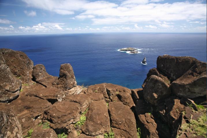 """La """"Briseuse de vagues"""" était installée à Orongo, où se déroulait chaque année le culte (et la désignation) de l'Homme-Oiseau. Le Moai de la Paix donne une idée de ce que fut ce moai."""