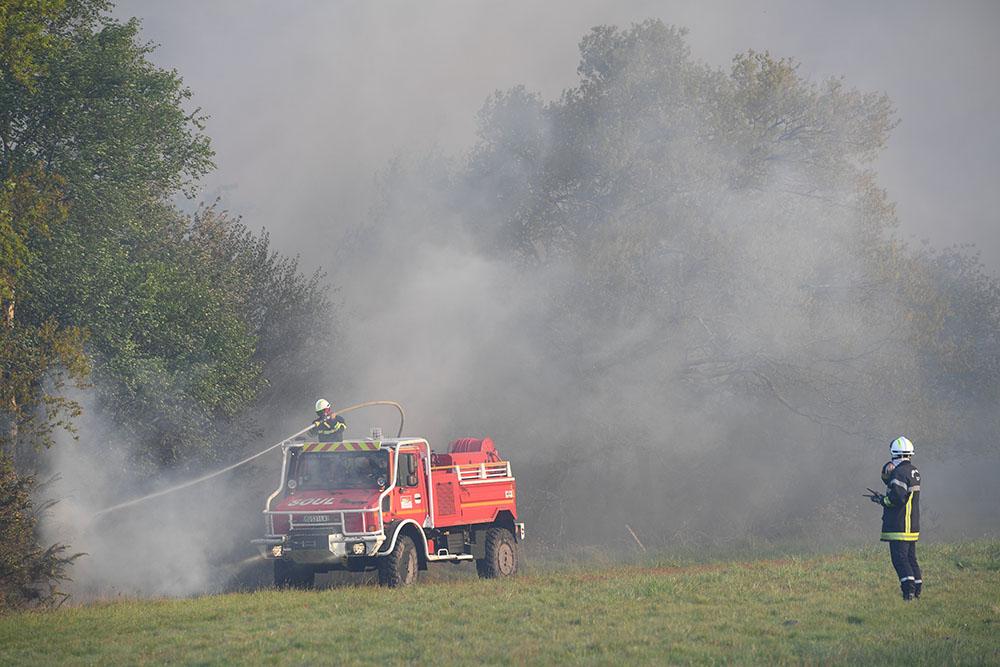 """Gironde: incendie """"contenu"""" mais toujours actif dans le Médoc, 300 pompiers mobilisés"""