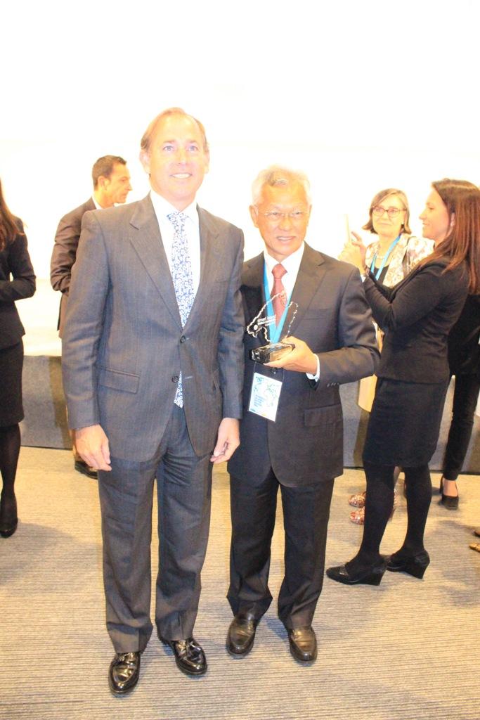 """Le prix """"Smart destination"""" a été remis au maire de Bora Bora par le vice-président de Melia Hotels International, Angel Luis Rodriguez. Un honneur pour lui, """"car il avait passé un excellent séjour lors de sa lune de miel, en 2000."""" (Crédit photo : commune de Bora Bora)"""
