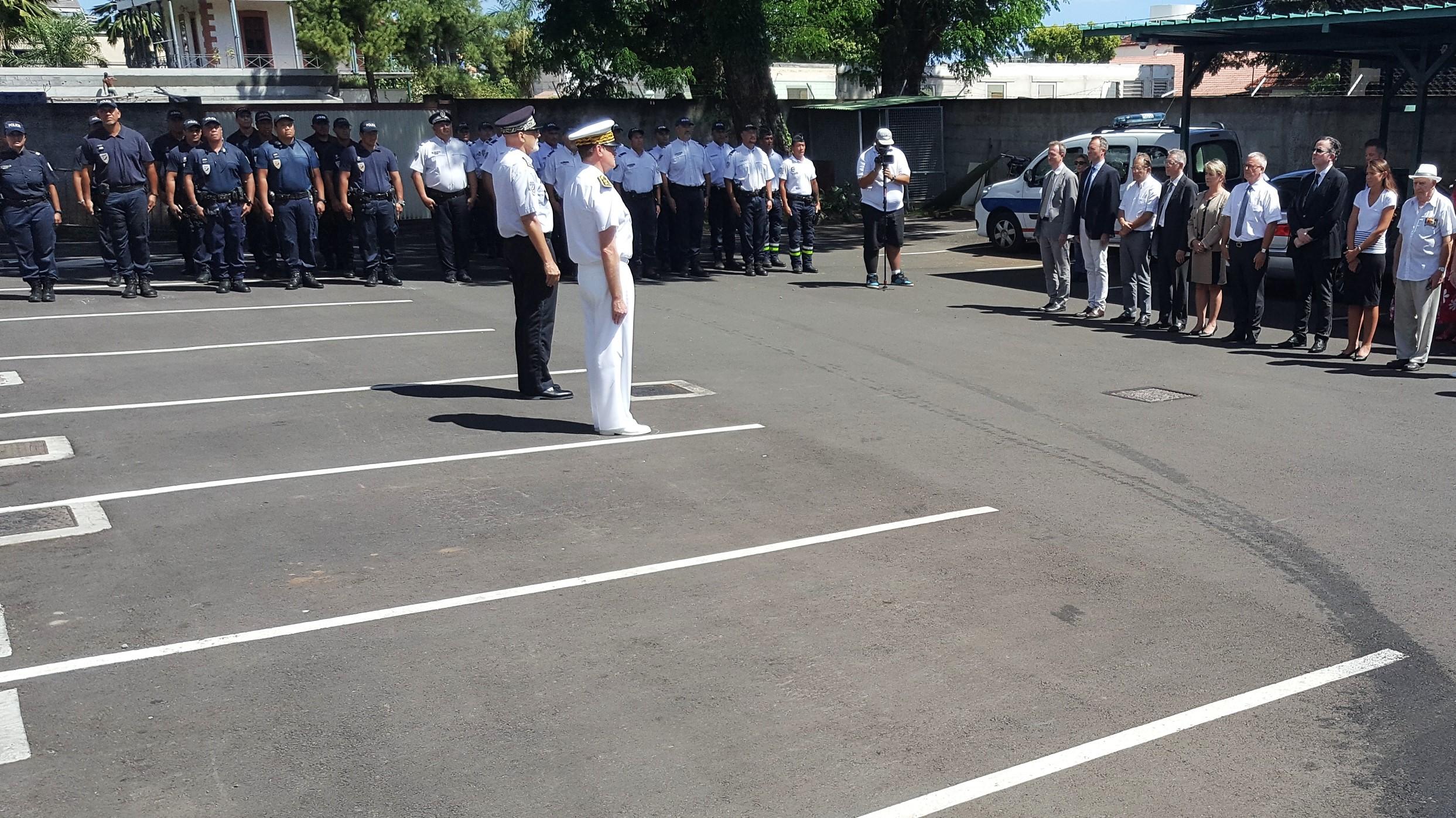 Une minute de silence a été respectée ce mardi dans la cour de la DSP en mémoire du policier assassiné.