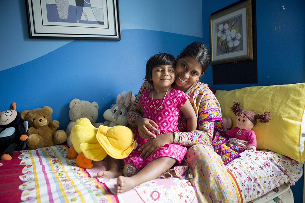 Nouvelle vie pour une fillette du Bangladesh née avec trois jambes