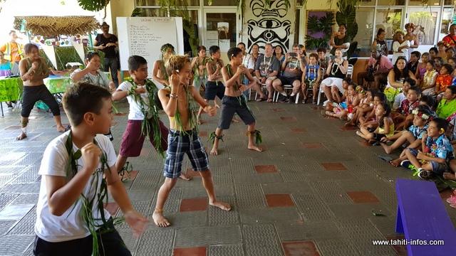 Place à un haka présenté par les garçons de l'école.