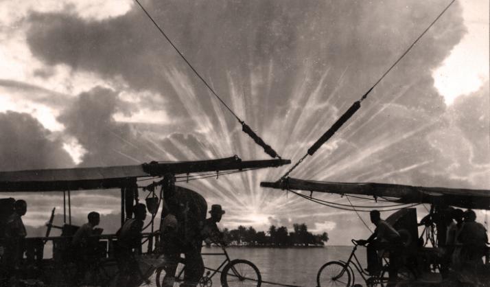 Magnifique coucher soleil sur Motu Uta vu du quai de Papeete pris en 1940, par Paul lsaac Nordmann.