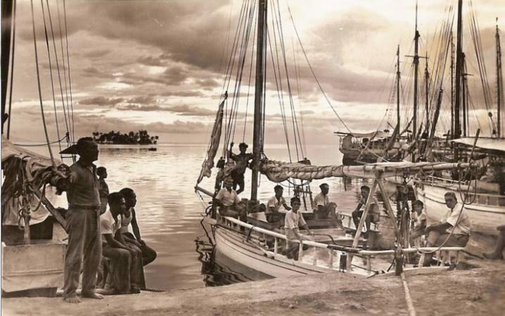 Autre photo de Paul Isaac Nordmann du quai des goélettes avec au fond, le petit îlot de Motu Uta en 1940.jpg