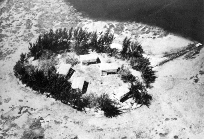 Vue aérienne de Motu Uta en 1949, avec les bâtiments