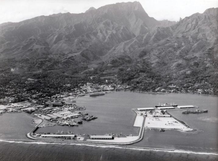 Vue aérienne du port de Papeete qui a englobé Motu Uta en 1966