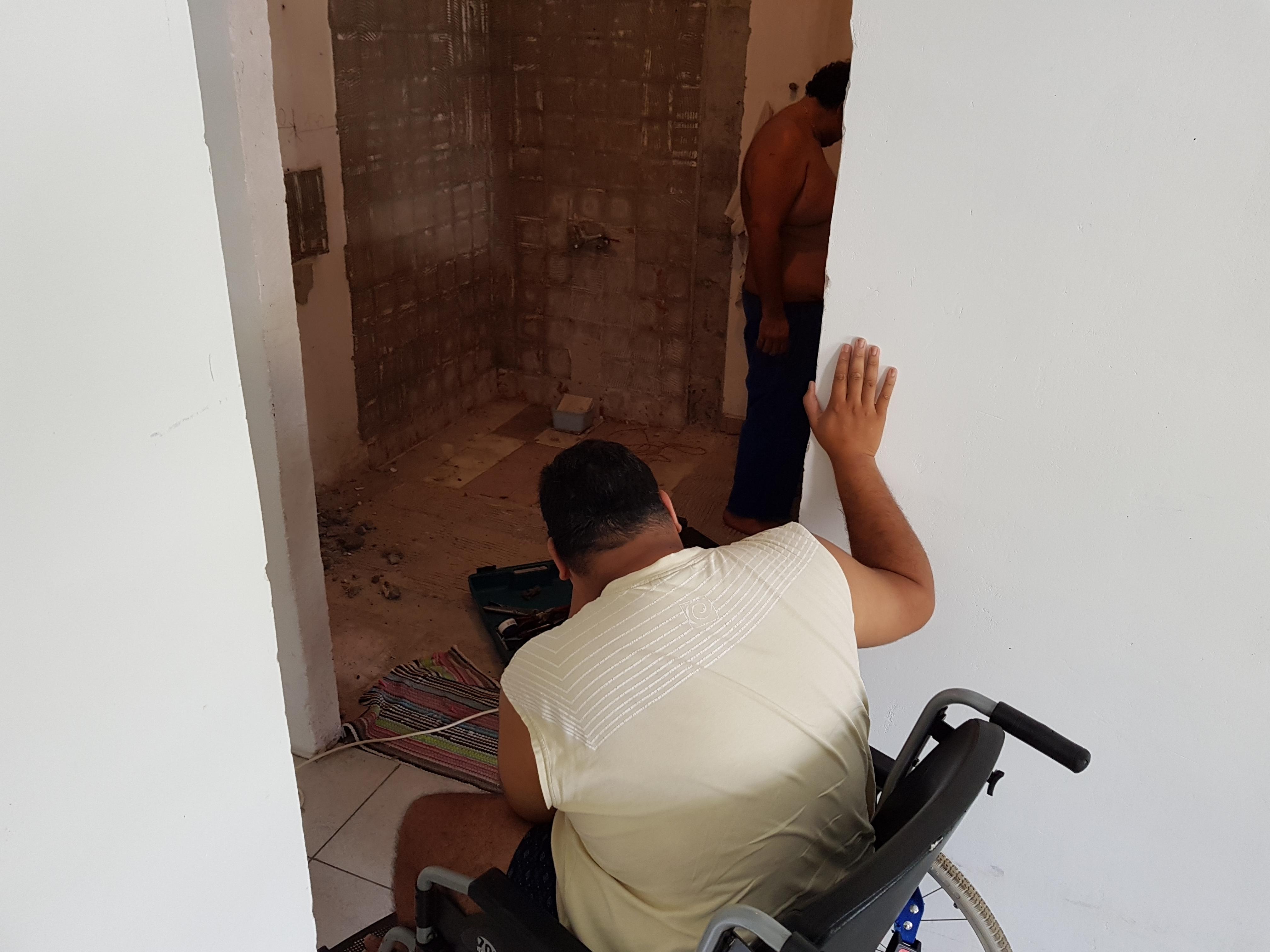 Les travaux de la future salle de bain de Raitini ont démarré samedi. Une activité qui est suivi de près par le jeune homme de 24 ans