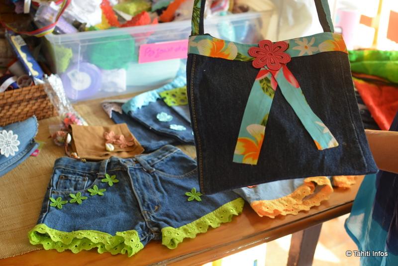 Des vêtements pour petites filles créés à partir de vieux jeans et de différents tissus locaux.
