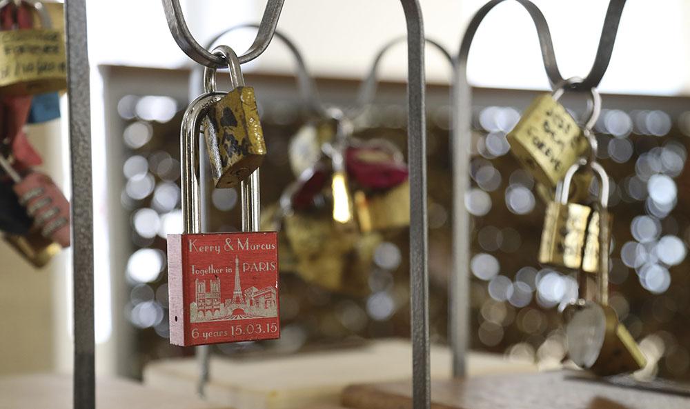 """Paris vend ses """"cadenas d'amour"""", pour la bonne cause"""