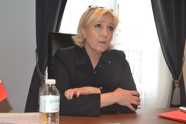 Marine Le Pen accède au second tour dès sa deuxième campagne présidentielle quinze ans après la qualification surprise de son père Jean-Marie Le Pen qu'elle a mis à la retraite, afin de faire triompher le Front national.