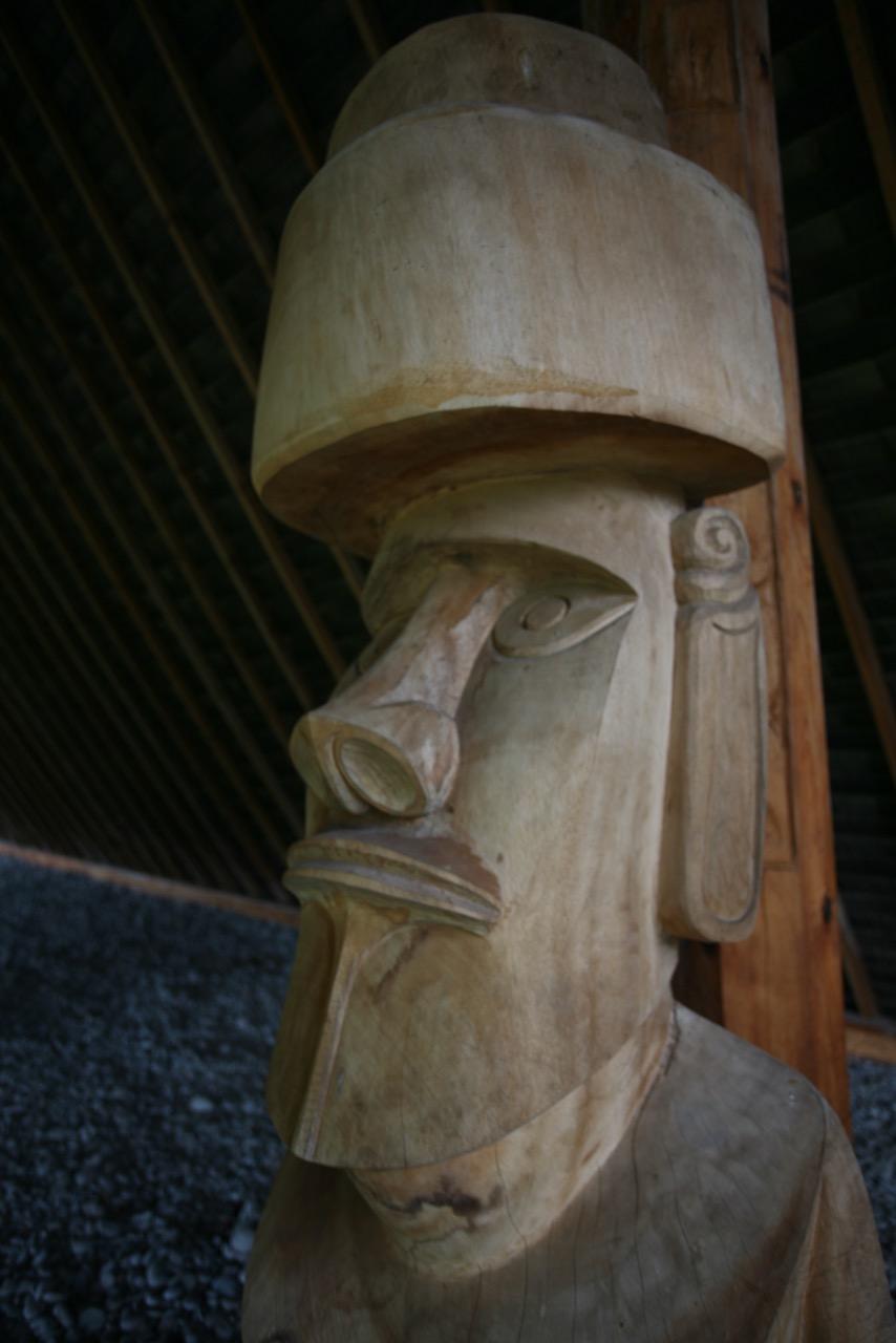 Le moai de Atuona (détail de son visage) a été sculpté en décembre 2015 dans une seule pièce de bois, pukao compris. Il a été laissé à l'air libre, apparemment sans traitement du bois et les insectes sont déjà à l'œuvre !
