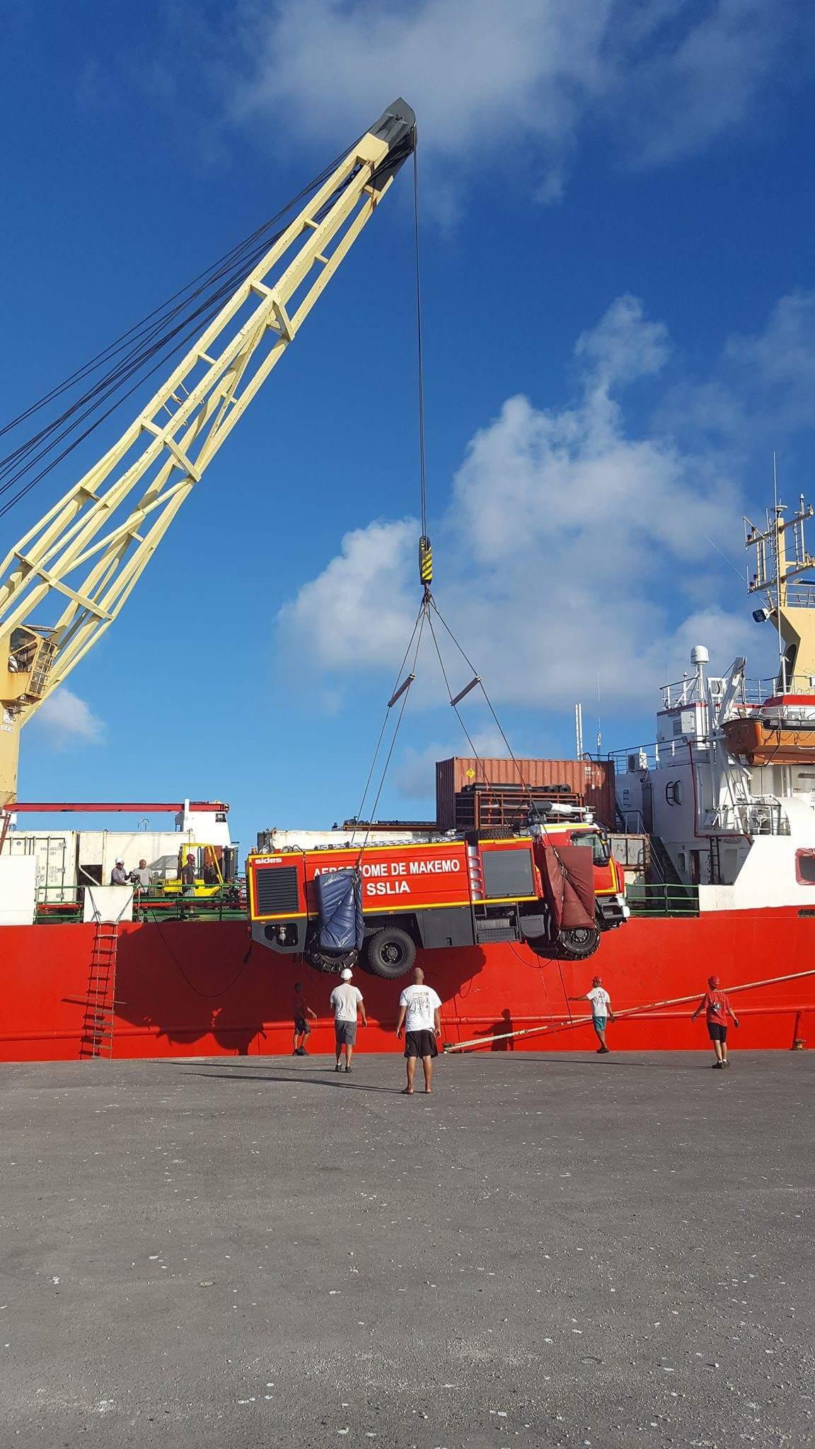 Makemo : le nouveau camion de l'aviation civile est arrivé en bateau