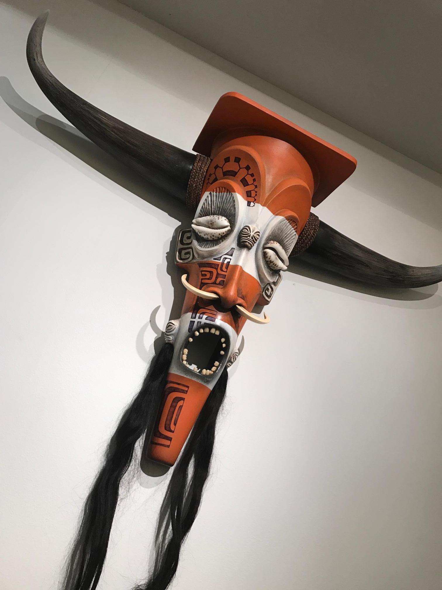 Parmi les œuvres exposées, cet impressionnant masque aux allures tribales…