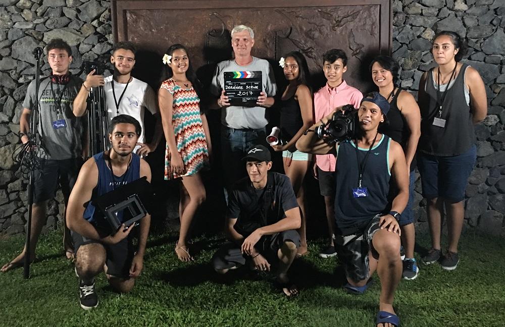 Une partie de l'équipe du film, avec Greg Hitchcock au milieu et la jeune Lanihei Tetumu-Schiffner à sa gauche tenant un mégaphone.