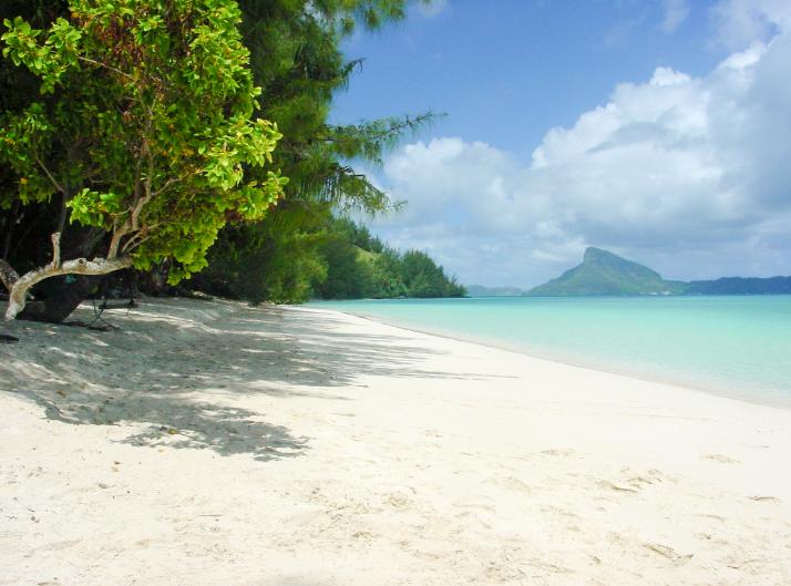 L'île de Mangareva vue le la plage de Aukena. Photo Olivier Babin