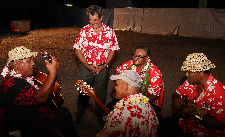 Le Président et le ministre de la Culture ont tenu à saluer l'ensemble des musiciens présents pour ce rassemblement festif. (crédit photo : présidence de la Polynésie française)