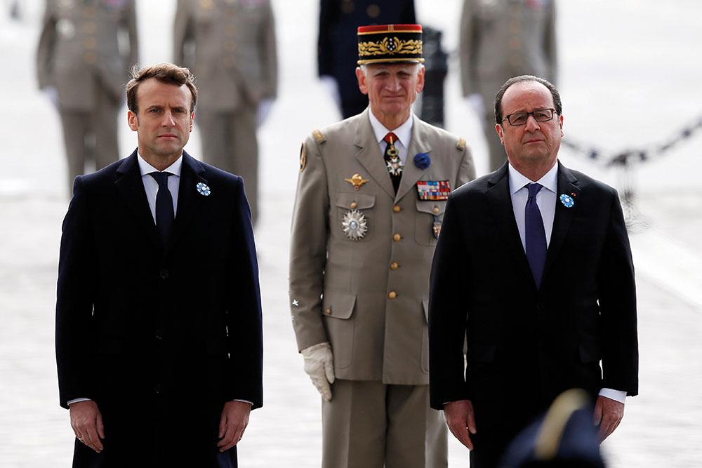 Les présidents sortant et élu François Hollande et Emmanuel Macron ont déposé lundi côte à côte la traditionnelle gerbe des commémorations du 8 mai 1945 sur la tombe du Soldat inconnu, sous l'Arc de Triomphe.