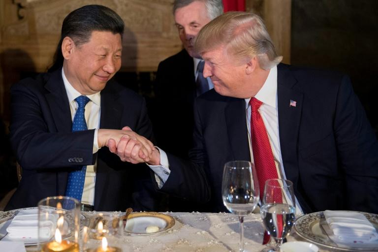 Le président américain Donald Trump (d) et son homologue chinois Xi Jinping, le 7 avril 2017 à West Palm Beach en Floride (AFP/Archives/JIM WATSON)