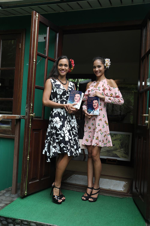 Jamie Rutgers a offert aux candidates des livres écrits par son grand-père. Crédit photo : Tahiti Infos