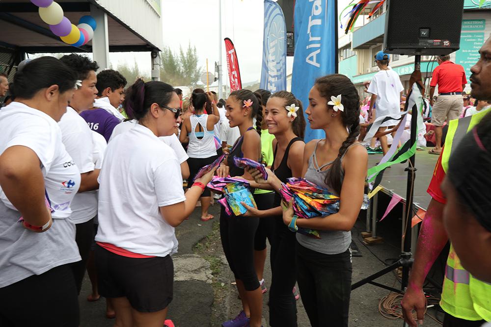 Le public à été accueilli par les jolies demoiselles. crédit photo : Tahiti Infos