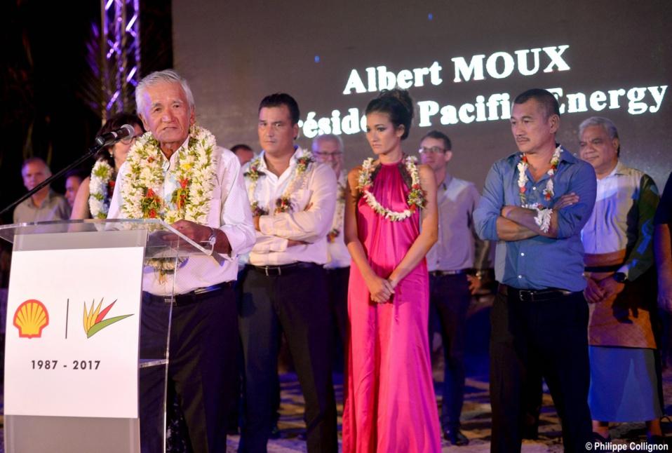 Albert Moux lors du discours solennel, entouré de son épouse, de ses enfants et de ses collaborateurs
