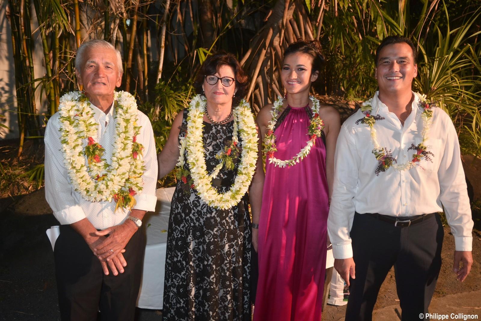 Albert, son épouse Nina, sa fille Sarah et son fils Patrick accueillent leurs convives