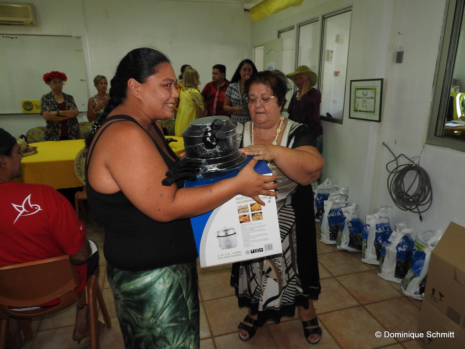 Naja Charreard, la présidente du Clubs Soroptimist de Tahiti, et les membres bénévoles ont remis en personne les dons aux familles.