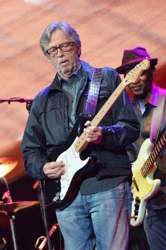 Le guitariste Eric Clapton décoré par la France
