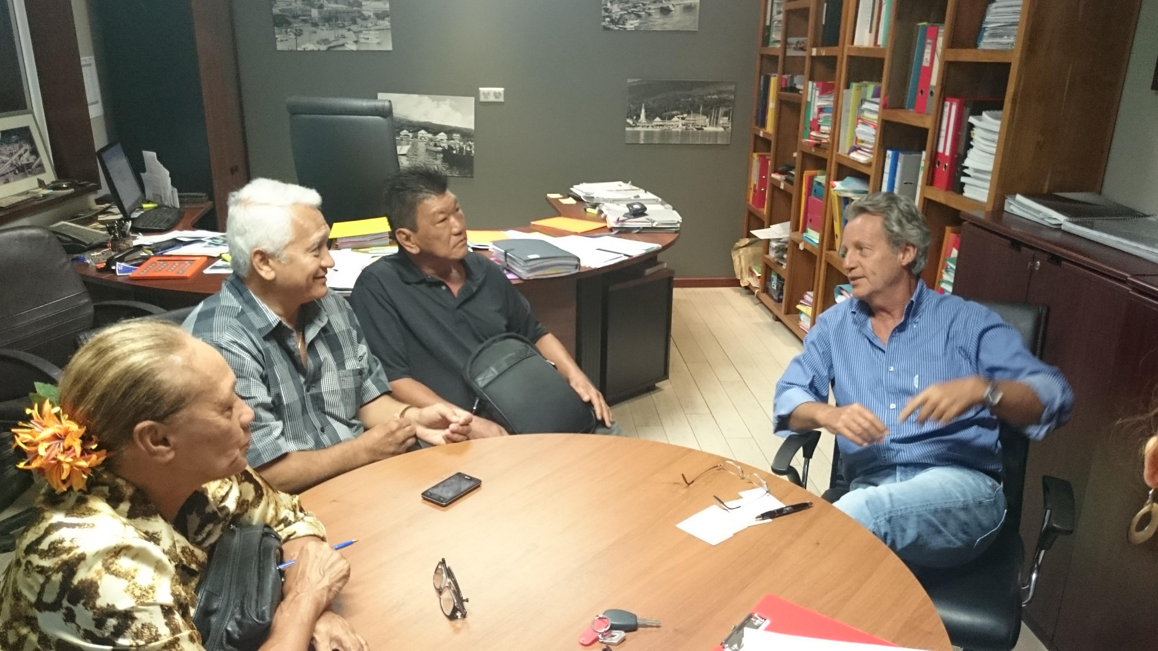 Rencontre entre les élus de Punaauia et M. François GABELLA, directeur général de la société Bernard Travaux Publics (BTP) dans la zone industrielle de la Punaru'u le 05 novembre 2015