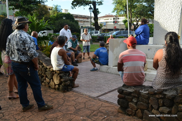 L'ensemble des représentants syndicaux communaux était présent ce lundi en fin de journée, devant la stèle de Pouvanaa a Oopa, à Tarahoi.  C'était le moment pour les leaders de la Confédération des Syndicats des Agents Communaux (COSAC) de faire un point sur les différentes revendications portées dans le préavis de grève qui a été déposé dimanche, dans l'ensemble des communes de Polynésie.
