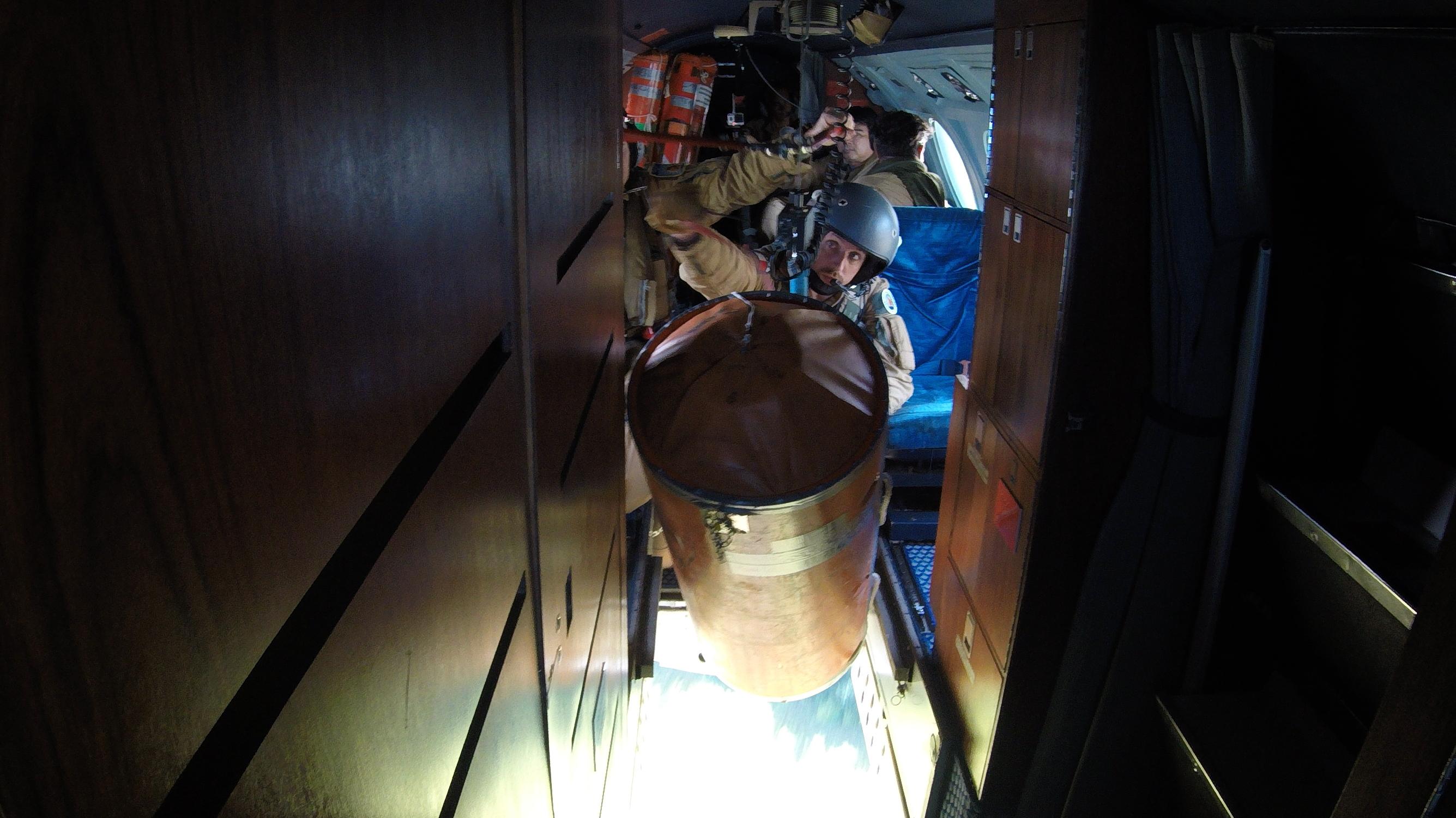 Une trappe est aménagée sur la carlingue du Gardian pour réaliser ce type de missions.