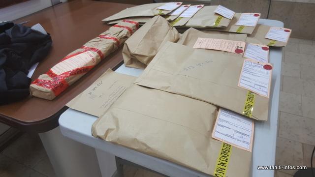 Parmi les scellés, enveloppé dans du papier, un bois avec lequel l'accusé aurait aussi frappé sa malheureuse compagne.