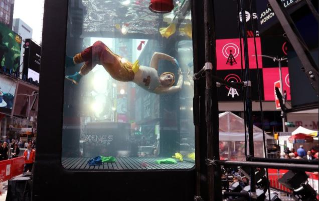 Climat: des artistes nagent dans un aquarium géant à Times Square
